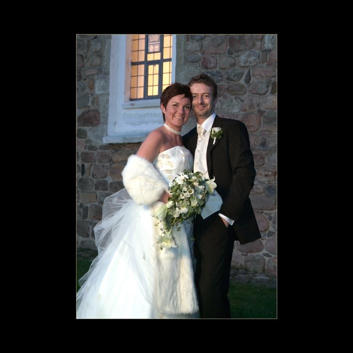 Brudepar en sen eftermiddag ved Nødebo Kirke