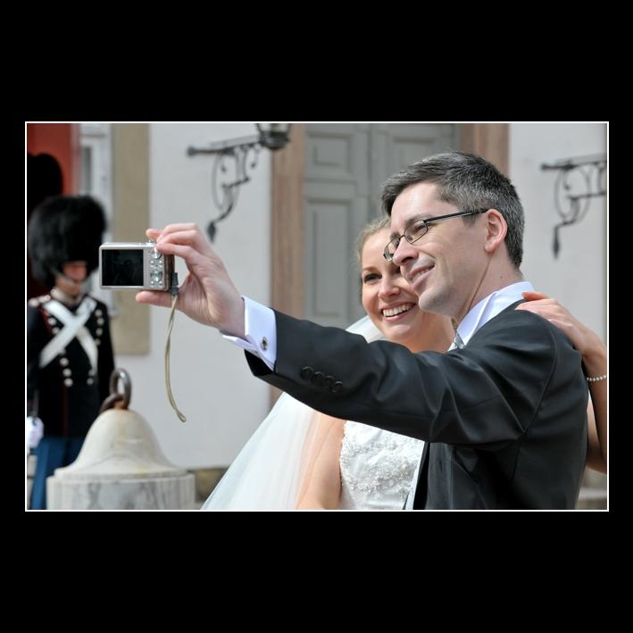 Brudepar tager selfie ved Fredensborg Slot