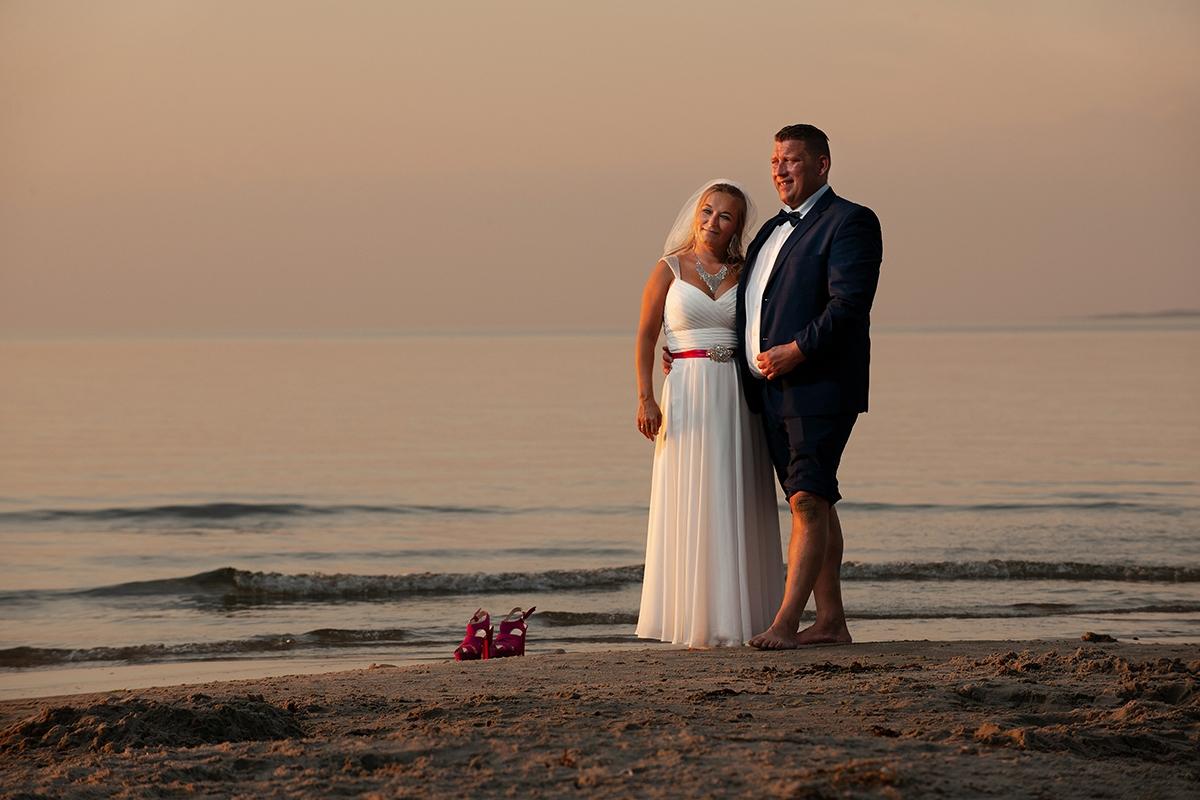 Bryllupsfoto på stranden ved Dronningmølle