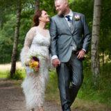 Tina og Kristian slentrer i haven ved Metalskolen