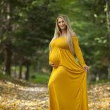 Gravid smuk kvinde i naturligt lys udendørs