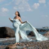 Gravidbilleder i natyren på stranden udendørs i smuk kjole udlånt af fotograf iNordsjælland Peter Dahlerup med studie i Fredensborg