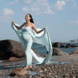 Gravid billeder udendørs ved stranden i smuk kjole udlånt af fotograf iNordsjælland Peter Dahlerup med studie i Fredensborg