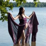 Gravid billeder i naturen i vandet i smuk kjole udlånt af fotograf iNordsjælland Peter Dahlerup med studie i Fredensborg