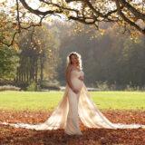 Smuk og elegant står Mia i parken bag Hørsholm Kirke