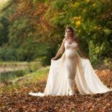 Smukke gravide Mia på stien langs dammen
