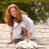 Dejligt konfirmandfoto af konfirmanden med sit kæledyr i solen
